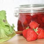 Läcker jordgubbsmarmelad med syrlig rabarber och vanilj