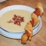 Krämig potatis- och purjolökssoppa med ost/bacon-bröd