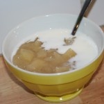 Nykokt äppelkräm med kanel och kall mjölk