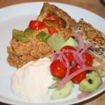 Köttfärspaj á la LCHF med sallad och krämig vitlöksdressing