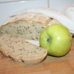 Saftigt bondbröd med rivet äpple och linfrön