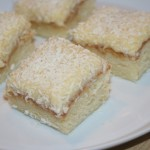 Silviakaka – mjuk kaka med krämig glasyr och kokos