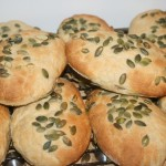 Goda plommon-bröd/bullar med dinkel och pumpafrön