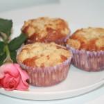Smaskiga muffins med hallon och vit choklad, toppade med crumble