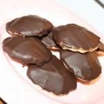Klassiska chokladbiskvier – krämig fyllning och seg mandelbotten!