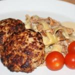Köttfärsbiffar och hyvlad zucchini i gräddig svampsås – LCHF-middag