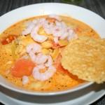 Saffransdoftande fisksoppa med lax, torsk och räkor – smaksatt med tomat, vin och apelsin