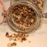 Hemgjord knaprig musli/müsli med frön, nötter, vanilj och honung