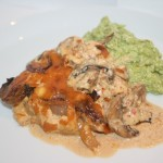 Fläskkotletter med krämig sambal olek-sås och blomkål/broccoli-mos