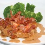 Smakrika fläskkotletter med tomat och bacon i dijon-gräddsås