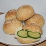 Nybakade LCHF-frallor med sesamfrön – perfekt matbröd!