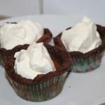 Kladdkaks-muffins med vispad grädde – kladdkaka i miniformat!