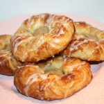 Klassiska frasiga wienerbröd med hemgjord vaniljkräm och sockersöt glasyr