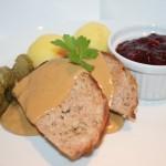 Baconlindad köttfärslimpa med kokt potatis, gräddsås och lingon
