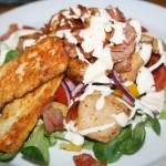 Fräsch kycklingsallad med bacon, vitlökssås och grillad halloumiost!