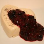 Krämig LCHF-pannacotta smaksatt med vanilj, och varm bärkompott!