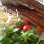 Tunna revben med söt-stark honungs-glaze och hemgjord coleslaw