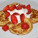 LCHF-plättar/pannkakor med grädde och färska bär – mumsig frukost!