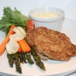 Panerad schnitzel a la LCHF serverad med ugnsrostade primörer
