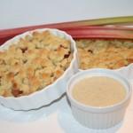 Frasig smulpaj med kardemummasmakande rabarberfyllning och vaniljsås – underbar rabarberpaj!