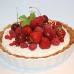 Somrig LCHF-paj; kokos-och mandelbotten med vaniljgrädde och färska bär