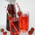 Sommarens godaste saft – hemkokt jordgubbssaft – solmogna gubbar på flaska!