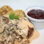 Kalvfärsbiffar i trattkantarellsås och dillslungad potatis