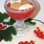 Vinbärskräm med kolakryddiga kakor och lättvispad grädde