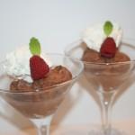 Superenkel chokladmousse med mintkrokant och färska hallon