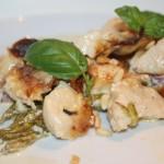 Kyckling-och sparrisgratäng med bacon, basilika och pinjenötter!