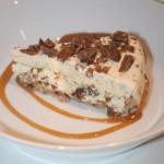 Fryst daimtårta med mandelmarängbotten och varm kolasås