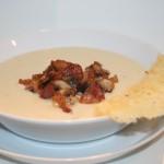 Krämig blomkålssoppa med rostad vitlök och knaprigt svampströssel
