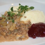 Köttfärsgryta med vitkål, timjan och lingon – husmanskost på snabbt vis!