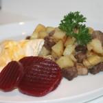 Pytt i panna med stekt ägg och rödbetor – enklaste receptet!