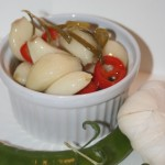 Inlagda vitlöksklyftor i olja med chili och rosmarin