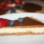 Ljuvlig cheesecake med kolatopping och färska bär!