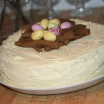 Påsktårta – fluffig tårtbotten, vit chokladfrosting, dumlefluff och hallonmousse!