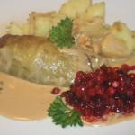Kåldolmar med lingon och stekt potatis