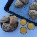 Kalljästa frukostbullar med linfrön och gula russin