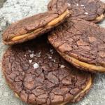 Chokladsprängda browniecookies med dulche de leche!