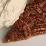 Ljuvlig pekankolapaj – knapriga pekannötter och kolasås!