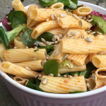 Kall pastasallad med röd pesto och rostade solroskärnor