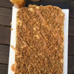 Äppelcheesecake-bars med kanelcrunch och karamellsås!