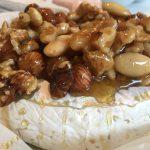 Bakad brie med sirapsnötter och havssalt