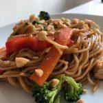 Snabb nudelwok med kyckling och grönsaker