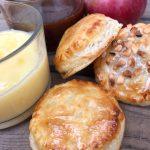 Snacks-äppelpajer med kanelsås och vaniljkräm